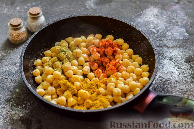 Фото приготовления рецепта: Пряный свекольный крем-суп с обжаренным нутом - шаг №4