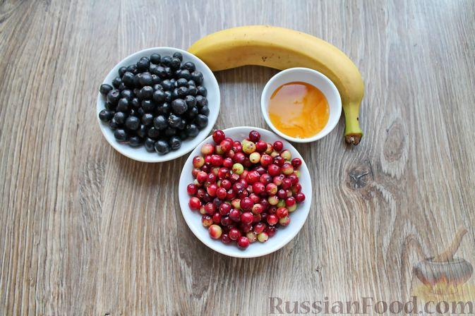 Фото приготовления рецепта: Смузи из рябины, клюквы и банана - шаг №1