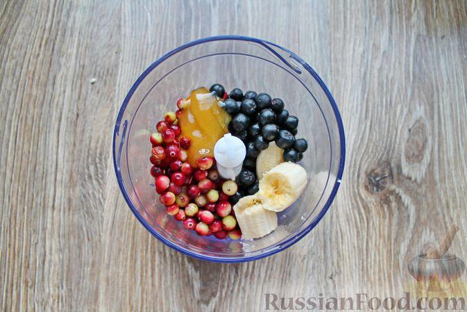 Фото приготовления рецепта: Смузи из рябины, клюквы и банана - шаг №2