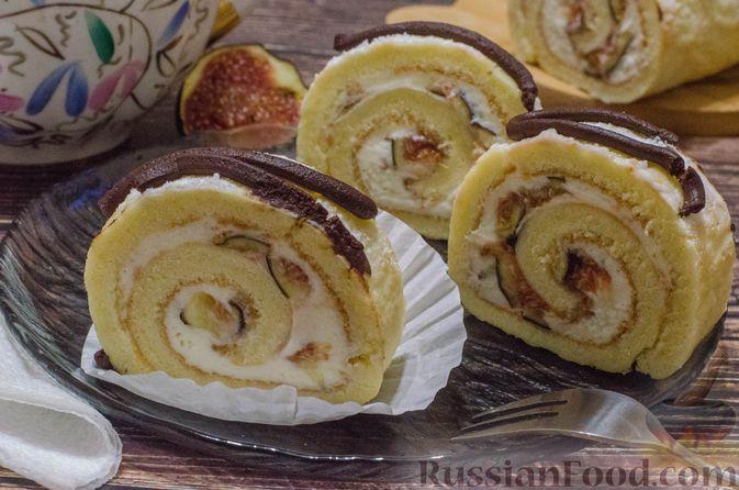 Фото к рецепту: Бисквитный рулет с творогом и инжиром