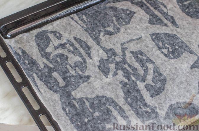Фото приготовления рецепта: Бисквитный рулет с творогом и инжиром - шаг №6