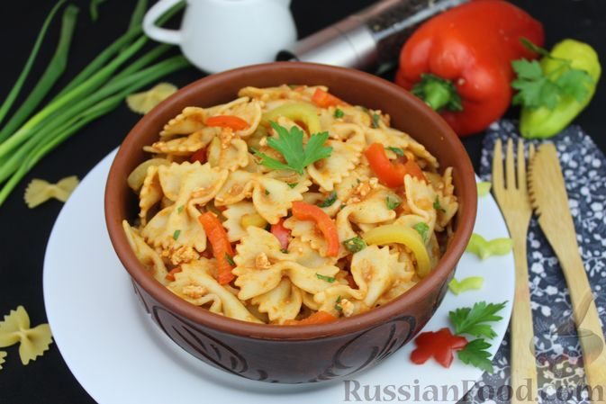 Фото к рецепту: Макароны с фаршем и сладким перцем в томатном соусе