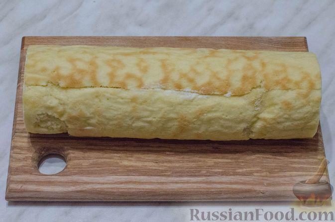 Фото приготовления рецепта: Бисквитный рулет с творогом и инжиром - шаг №17