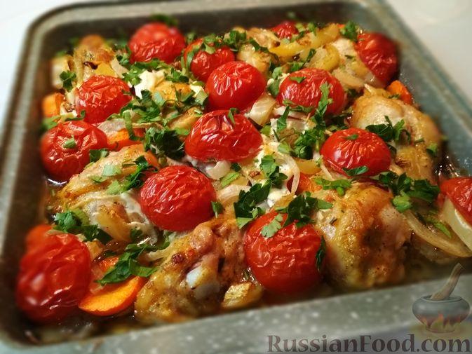 Фото к рецепту: Куриные голени, запечённые в соусе из майонеза и кетчупа, с помидорами и сладким перцем