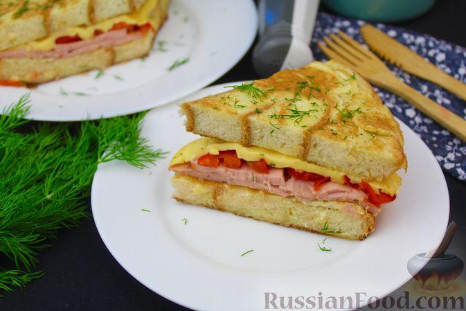 Фото к рецепту: Хлебный омлет с ветчиной, помидорами и сыром