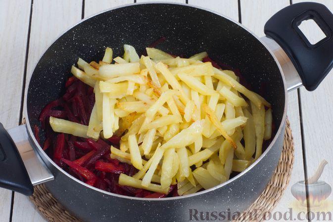 Фото приготовления рецепта: Овощное рагу со свёклой, маринованными огурцами и картофелем - шаг №7