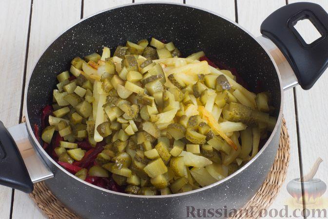 Фото приготовления рецепта: Овощное рагу со свёклой, маринованными огурцами и картофелем - шаг №8