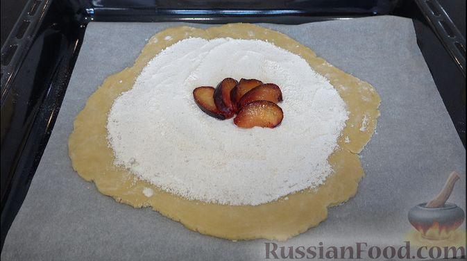 Фото приготовления рецепта: Пирог-галета со сливами - шаг №6