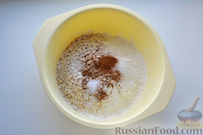 Фото приготовления рецепта: Кекс на йогурте, с виноградом, овсяными хлопьями и пряностями - шаг №3