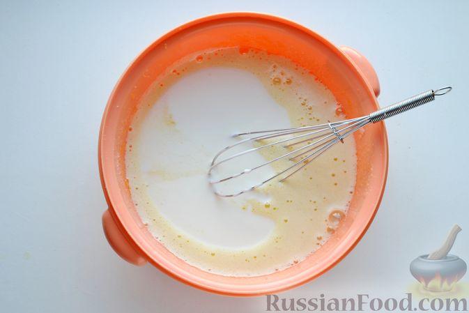 Фото приготовления рецепта: Кекс на йогурте, с виноградом, овсяными хлопьями и пряностями - шаг №6