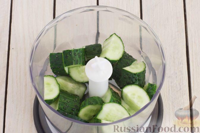 Фото приготовления рецепта: Смузи из огурцов и петрушки - шаг №2