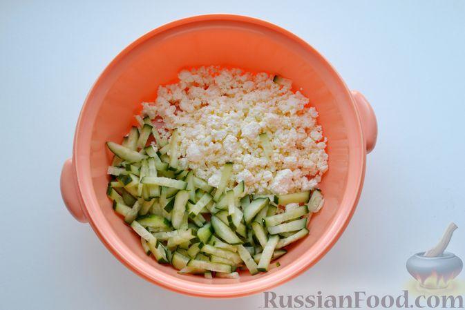 Фото приготовления рецепта: Конвертики из лаваша с творогом, кукурузой, огурцом и зеленью - шаг №3
