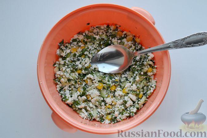 Фото приготовления рецепта: Конвертики из лаваша с творогом, кукурузой, огурцом и зеленью - шаг №7