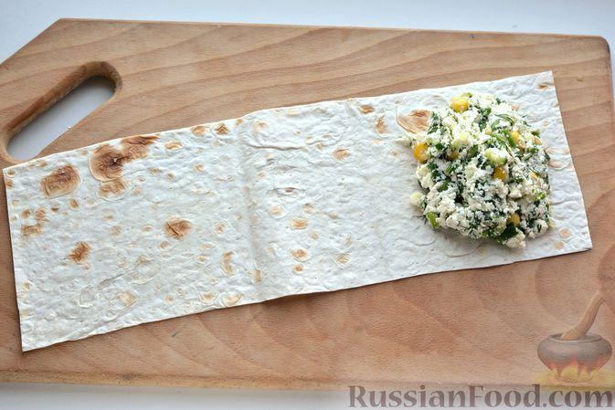 Фото приготовления рецепта: Конвертики из лаваша с творогом, кукурузой, огурцом и зеленью - шаг №10