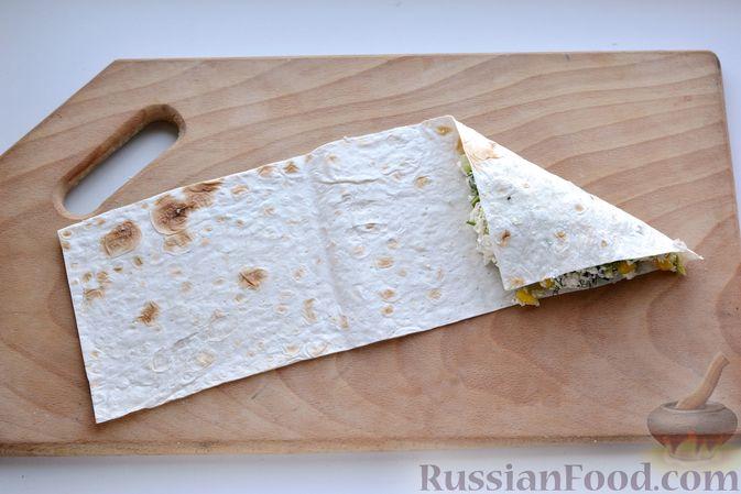 Фото приготовления рецепта: Конвертики из лаваша с творогом, кукурузой, огурцом и зеленью - шаг №11