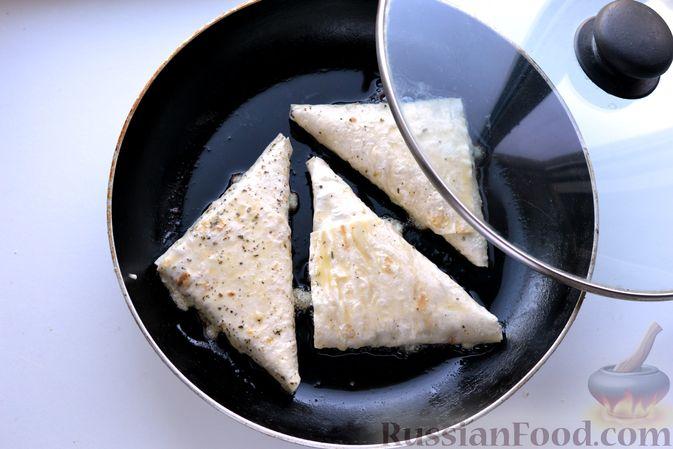 Фото приготовления рецепта: Конвертики из лаваша с творогом, кукурузой, огурцом и зеленью - шаг №16