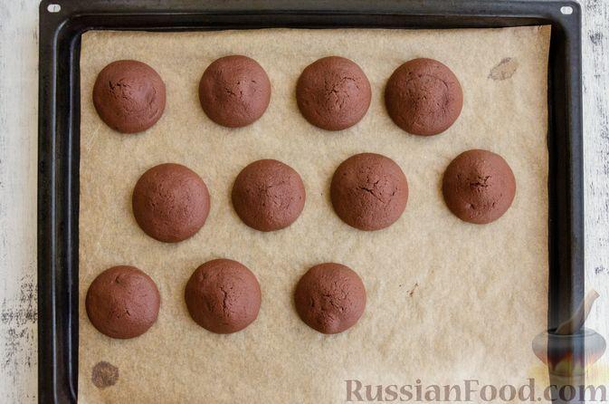 Фото приготовления рецепта: Шоколадный торт с маршмеллоу, печеньем и орехами (без выпечки) - шаг №12