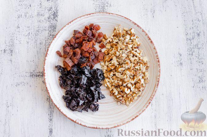 Фото приготовления рецепта: Медовый кекс с сухофруктами, орехами и пряностями (без сахара) - шаг №3
