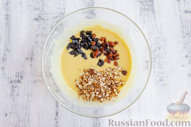 Фото приготовления рецепта: Медовый кекс с сухофруктами, орехами и пряностями (без сахара) - шаг №11