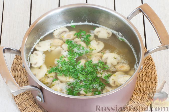 Фото приготовления рецепта: Суп с тыквой, шампиньонами и вермишелью - шаг №9