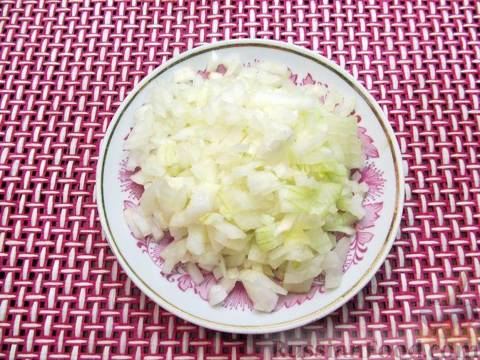Фото приготовления рецепта: Куриный суп с шампиньонами и капустой - шаг №9