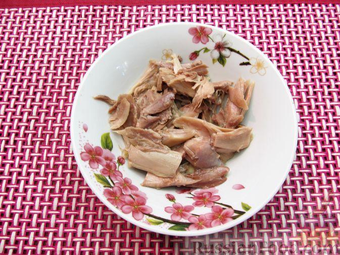 Фото приготовления рецепта: Куриный суп с шампиньонами и капустой - шаг №3