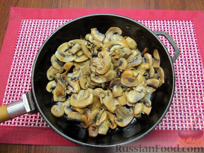 Фото приготовления рецепта: Куриный суп с шампиньонами и капустой - шаг №5