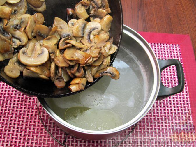 Фото приготовления рецепта: Куриный суп с шампиньонами и капустой - шаг №7