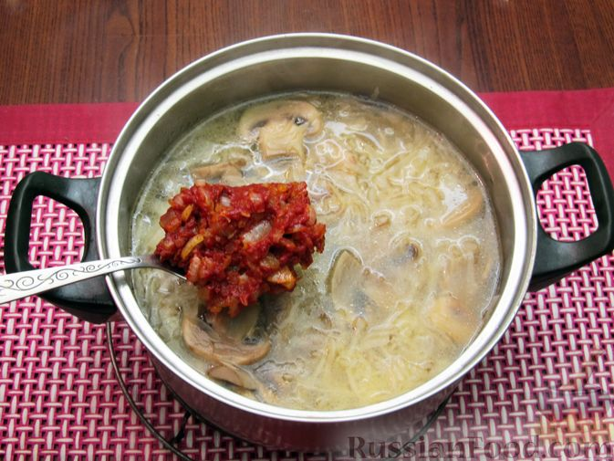 Фото приготовления рецепта: Куриный суп с шампиньонами и капустой - шаг №13