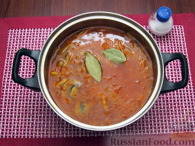 Фото приготовления рецепта: Куриный суп с шампиньонами и капустой - шаг №14