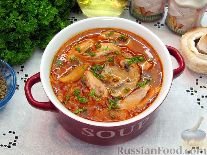 Фото приготовления рецепта: Куриный суп с шампиньонами и капустой - шаг №17