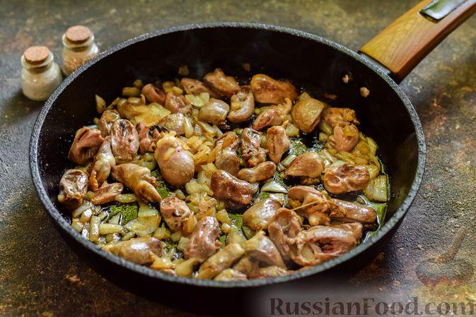 Фото приготовления рецепта: Куриные сердечки, тушенные с тыквой и помидорами - шаг №3