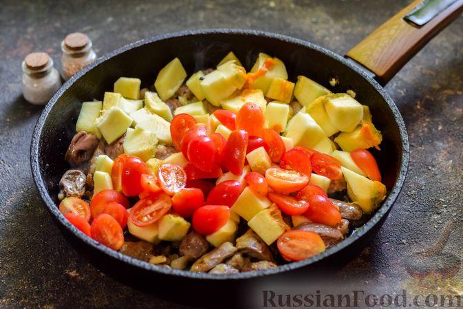 Фото приготовления рецепта: Куриные сердечки, тушенные с тыквой и помидорами - шаг №6