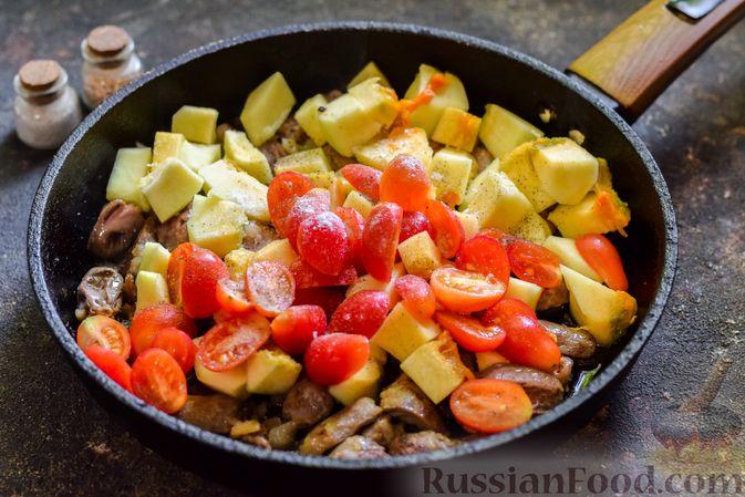 Фото приготовления рецепта: Куриные сердечки, тушенные с тыквой и помидорами - шаг №7