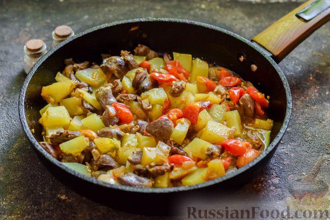 Фото приготовления рецепта: Куриные сердечки, тушенные с тыквой и помидорами - шаг №8