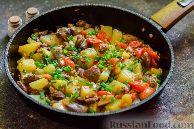 Фото приготовления рецепта: Куриные сердечки, тушенные с тыквой и помидорами - шаг №9