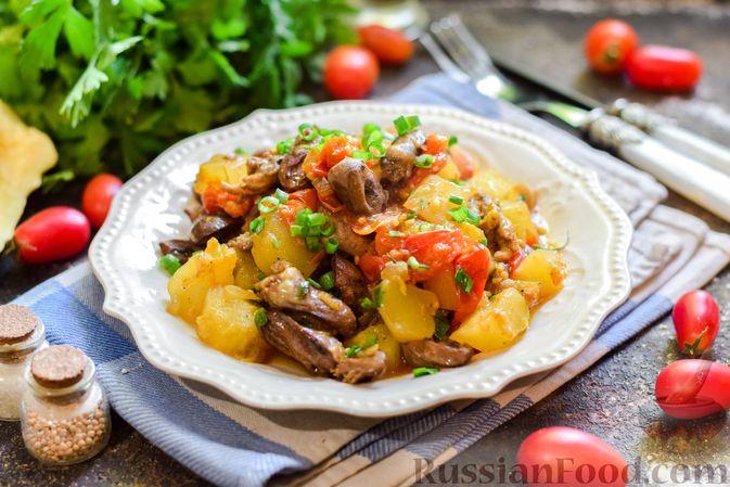 Фото приготовления рецепта: Куриные сердечки, тушенные с тыквой и помидорами - шаг №10