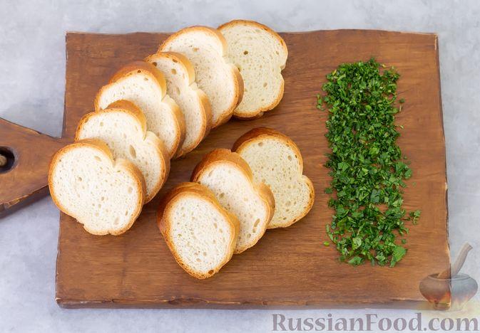Фото приготовления рецепта: Яичные гренки с кинзой - шаг №2