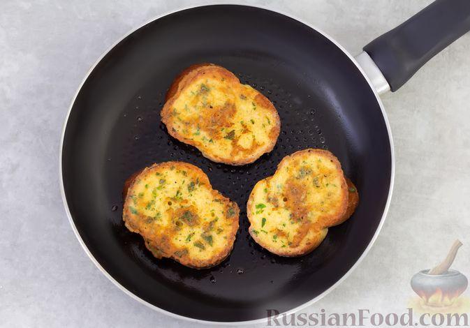 Фото приготовления рецепта: Яичные гренки с кинзой - шаг №7