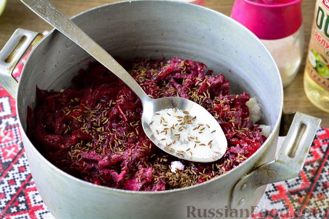 Фото приготовления рецепта: Салат из капусты, свёклы и лука, с тмином (на зиму) - шаг №10