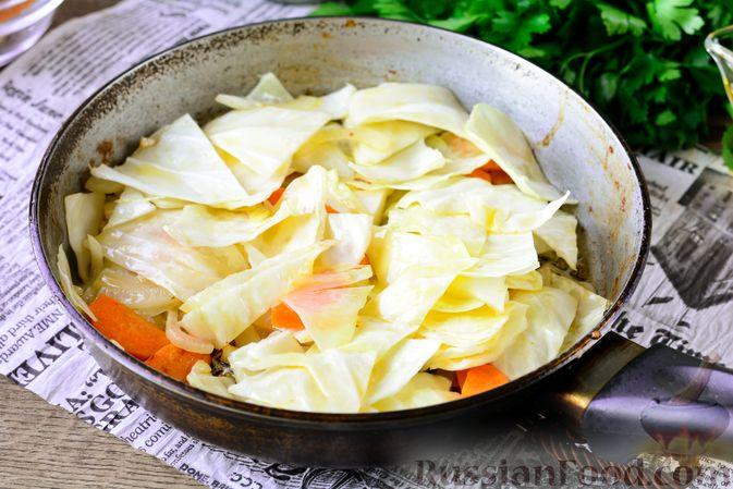 Фото приготовления рецепта: Рагу из тыквы с капустой и шампиньонами - шаг №7