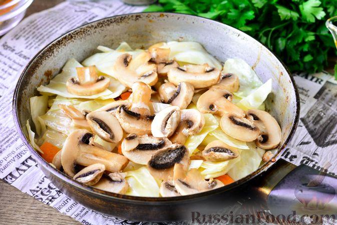 Фото приготовления рецепта: Рагу из тыквы с капустой и шампиньонами - шаг №8