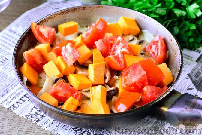 Фото приготовления рецепта: Рагу из тыквы с капустой и шампиньонами - шаг №9