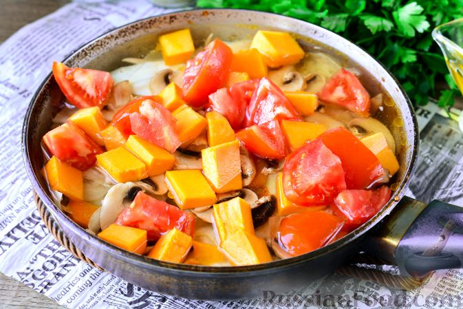 Фото приготовления рецепта: Рагу из тыквы с капустой и шампиньонами - шаг №10