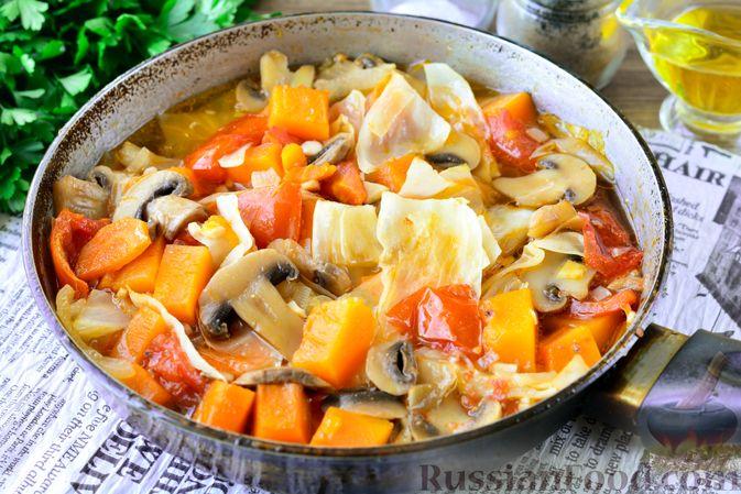 Фото приготовления рецепта: Рагу из тыквы с капустой и шампиньонами - шаг №11