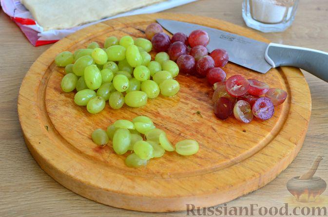Фото приготовления рецепта: Тарт из слоёного дрожжевого теста, с виноградом, арахисом и корицей - шаг №2