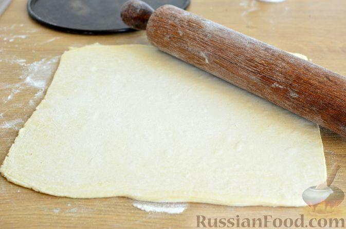 Фото приготовления рецепта: Тарт из слоёного дрожжевого теста, с виноградом, арахисом и корицей - шаг №3