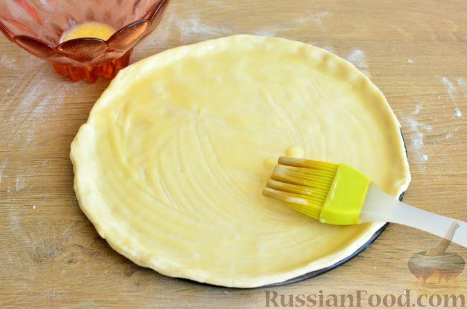 Фото приготовления рецепта: Тарт из слоёного дрожжевого теста, с виноградом, арахисом и корицей - шаг №5