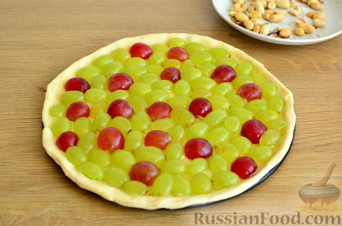 Фото приготовления рецепта: Тарт из слоёного дрожжевого теста, с виноградом, арахисом и корицей - шаг №6