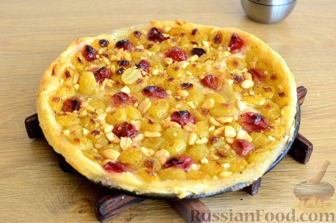 Фото приготовления рецепта: Тарт из слоёного дрожжевого теста, с виноградом, арахисом и корицей - шаг №9